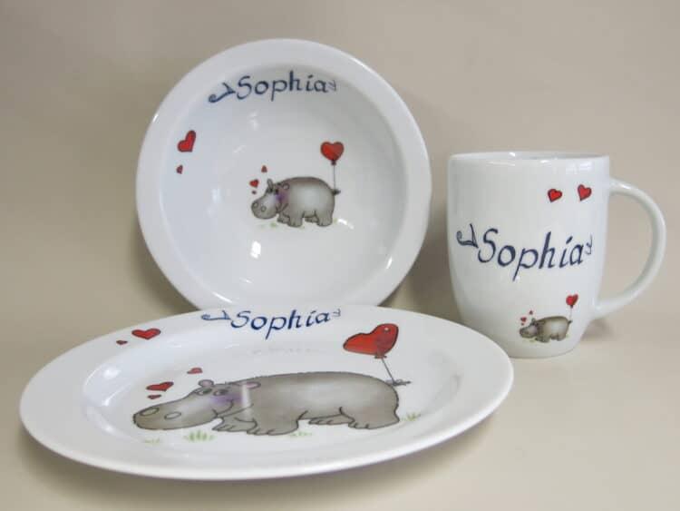 Kindergeschirr Porzellan Set, rundlicher Becher 260ml,Müslischüssel 16cm und flacher Teller 19cm mit Nilpferd Herz und Namen