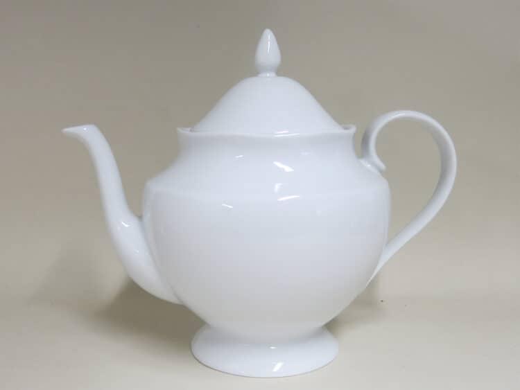 Weiße Porzellanteekanne Astra mit elegantem Füßchen
