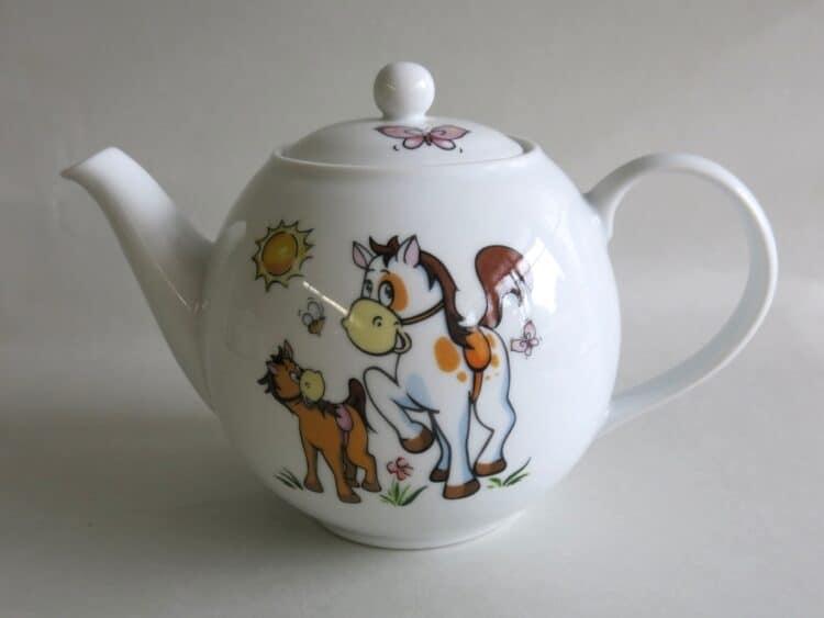 Weiße Teekanne mit Pferdchen und Pony