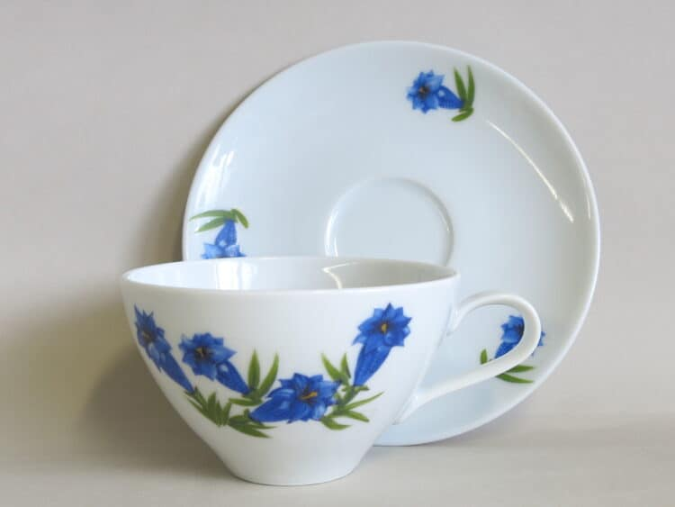 Teetasse Carlo 250 ml mit Untertasse und Motiv blauem Enzian