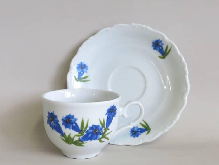 Teetasse mit Untertasse aus der Porzellanserie Ofelie mit blauem Enzian
