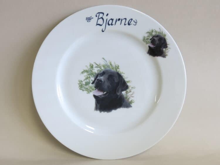 Teller Opty 21,5 cm mit Hundeportrait schwarzer Labrador und Namen personalisiert.