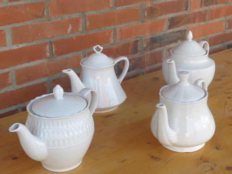 vier verschiedene weiße Porzellanteekannen Inhalt circa 1,1l in unterschiedlichen Stilrichtungen