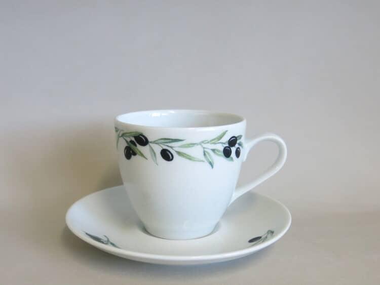 Weiße, klassische Kaffeetasse Ole mit Olivenrand unt Unterteller mit 3 kleinen Olivenzweigen 2