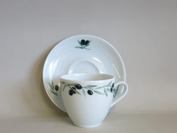 Weiße, klassische Kaffeetasse Ole mit Olivenrand unt Unterteller mit 3 kleinen Olivenzweigen