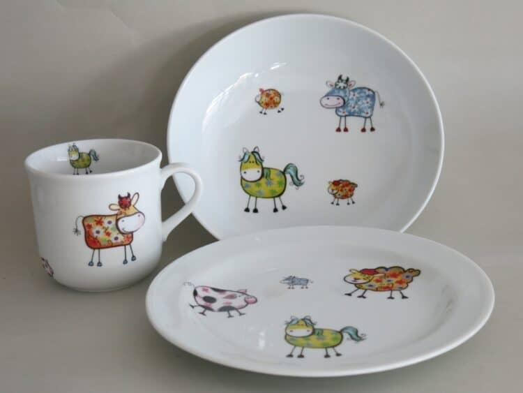 Kindergeschirr Porzellan Set, kleiner Becher 230ml, tiefe Schale 18cm und flacher teller 19cm mit Farm kunterbunt mit allen Farmtieren und allen Farben