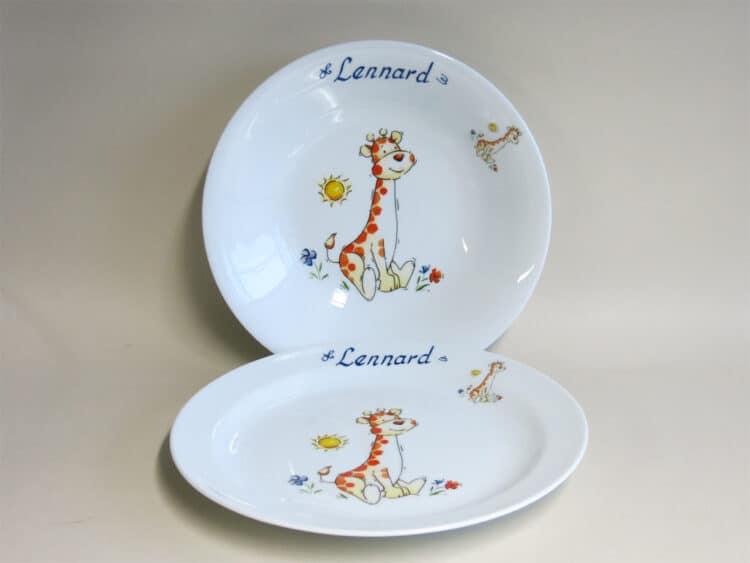 Kindergeschirr Porzellan Set, flacher Teller 24cm und tiefer Teller 22cm mit Babygiraffe und Namen