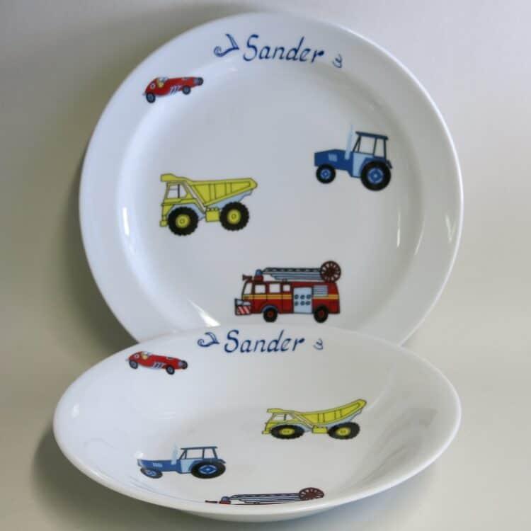 Essteller 24 cm und Suppenteller 22 cm mit vielen kinldichen Autos, Traktor Kipplader Feuerwehr und Rennauto und Namen