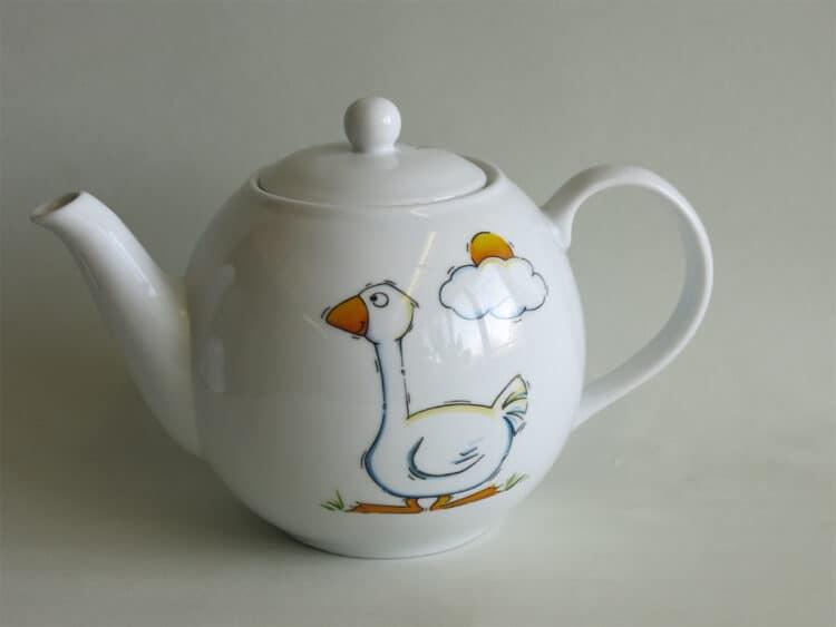 Weiße Teekanne aus Porzellan mit Gans