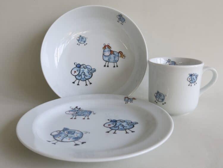 Kindergeschirr Porzellan Set, kleiner Becher 230ml, tiefe Schale 18cm und flacher teller 19cm mit Farm kunterbunt mit allen Farmtieren in blau