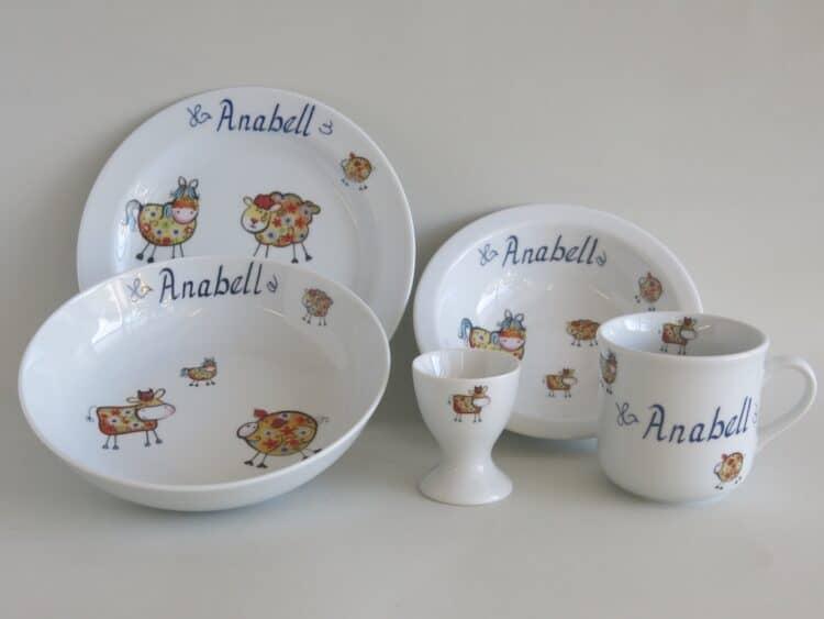 Porzellanset für Kinder, kleiner Becher 230ml, Müslischüssel 16cm, tiefe Schale 18cm und flacher Teller 19cm mit Farm tieren in orange und Namen. Plus extra Eierbecher