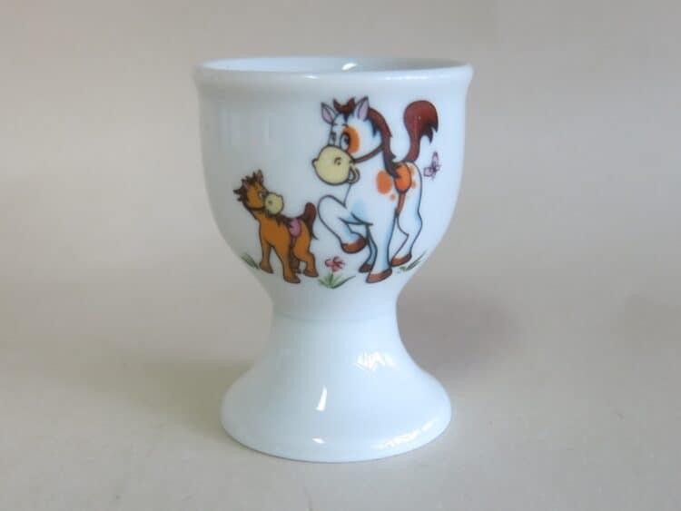 Eierbecher auf Fuß aus Porzellan mit Pferdchen und Pony dekoriert