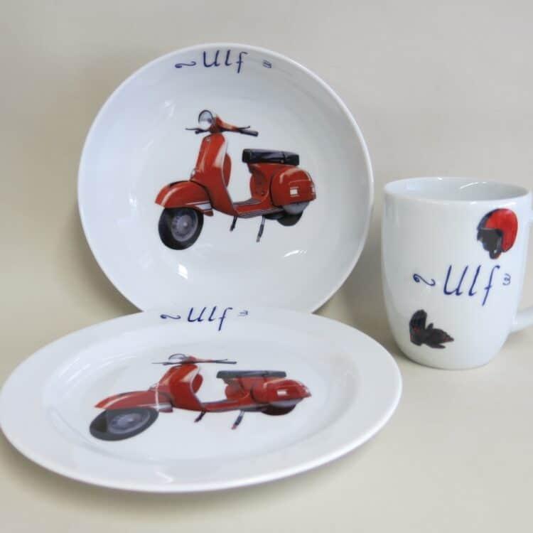 Kindergeschirr Porzellan Set mit rundlichen Becher 260ml, tiefe Schale 18cm und flacher Teller 19cm mit roter Vespa und Namen