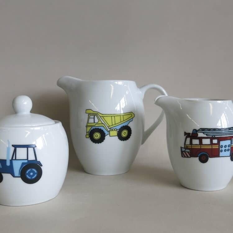 Porzellan Krug mit LKW, Milchgießer Feuerwehr, Zuckerdose Traktor