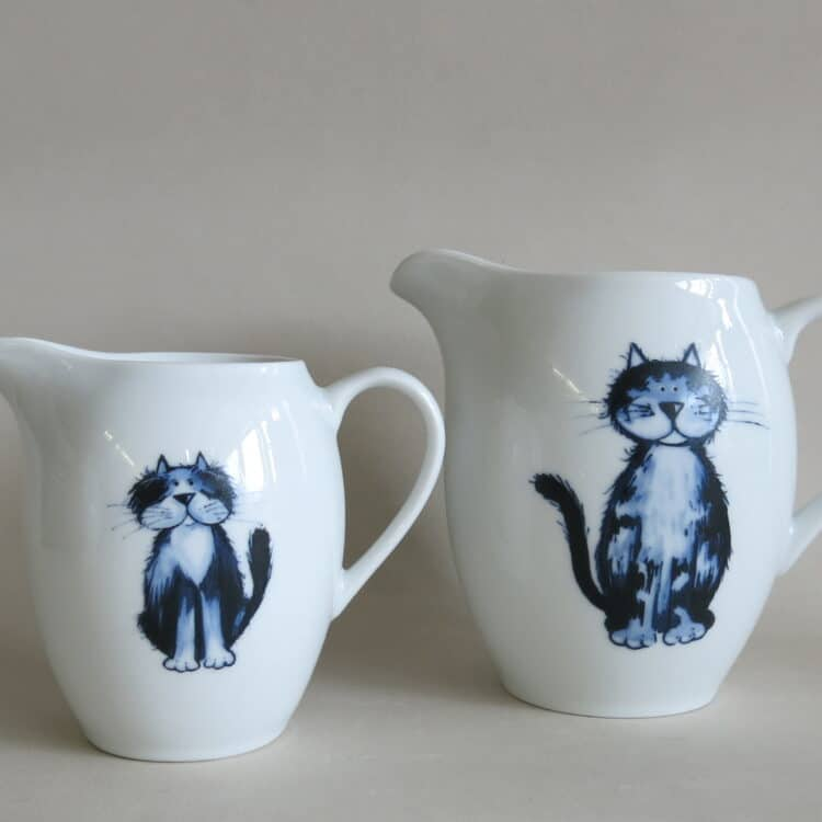 Porzellan Milchgießer und Krug mit Kater Pauzle und Katze Lilli