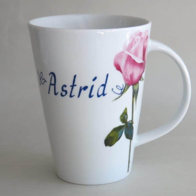 Namenstasse Porzellan schlanker Becher Mona mit rosa Rose und Namen