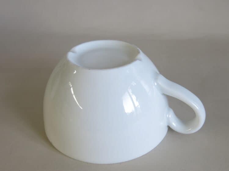Milchkaffeetasse Gastronomieporzellan Unterseite mit Abflussrinne