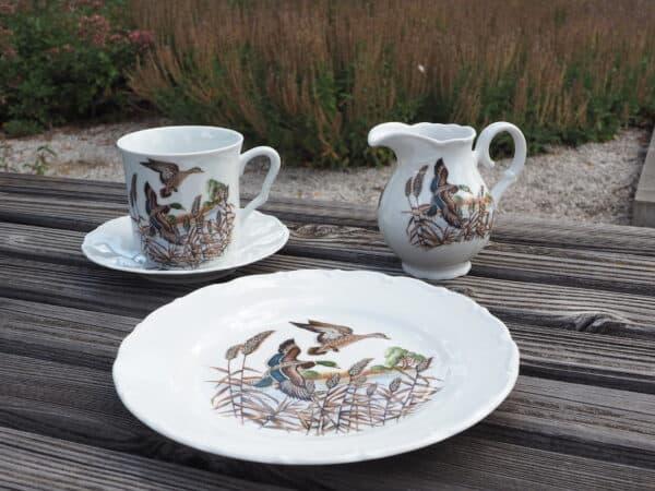 Frühstücksgeschirr Porzellan Serie Ofelie mit Becher Anna, Teller 19cm, Unterteller und Milchgießer mit Motiv Jagd Wildenten