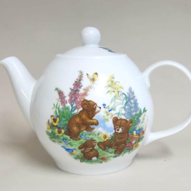 Teekanne aus Porzellan mit Babybärchen im Wald