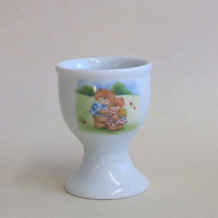 Spazierende verliebte Teddies beim Spazieren auf dem hohen Eierbecher aus weißem Porzellan