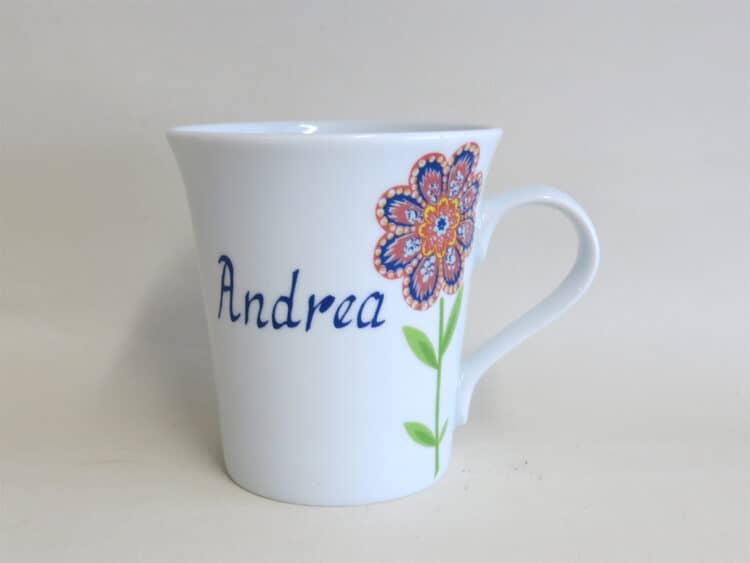 Namenstasse Porzellan eleganter Becher Emma mit Hippie Blumen rot und blau und Namen
