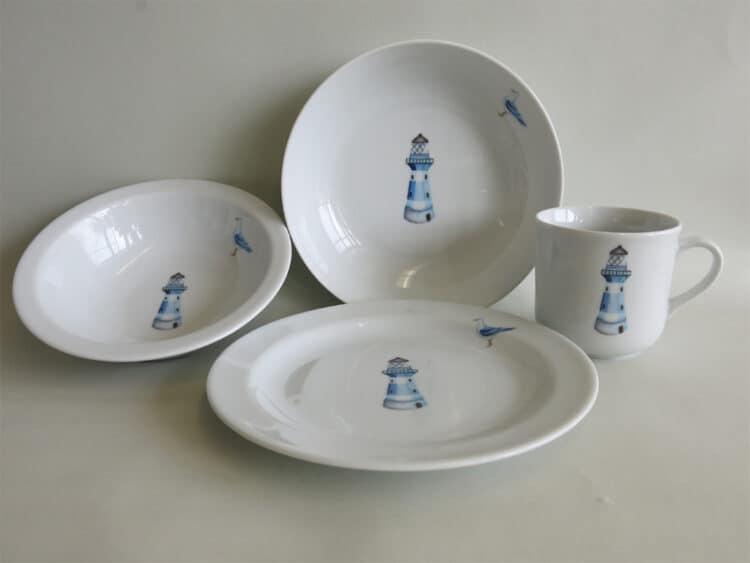 4-teiliges Geschirrset aus Porzellan für Kinder mit Schüsseln Becher und Teller mit blauem Leuchtturm