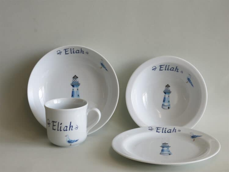 4-teiliges Geschirrset aus Porzellan für Kinder mit Schüsseln Becher und Teller mit blauem Leuchtturm und Namen personalisiert