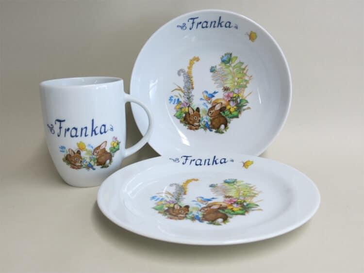 Geschirrset aus Schale 18 cm Teller 19 cm Becher 260 ml Kaninchenbabies mit Vögeln Schmetterling und Namen personalisiert