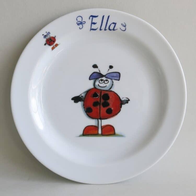 Marienkäferkind lächelnd auf dem 19 cm Teller aus weißem Porzellan