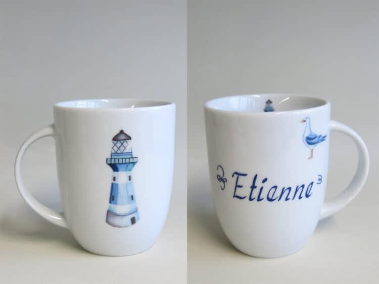 Rundlicher Becher Daria 260ml aus weißem Porzellan mit blauem Leuchhturm und Namen personalisiert