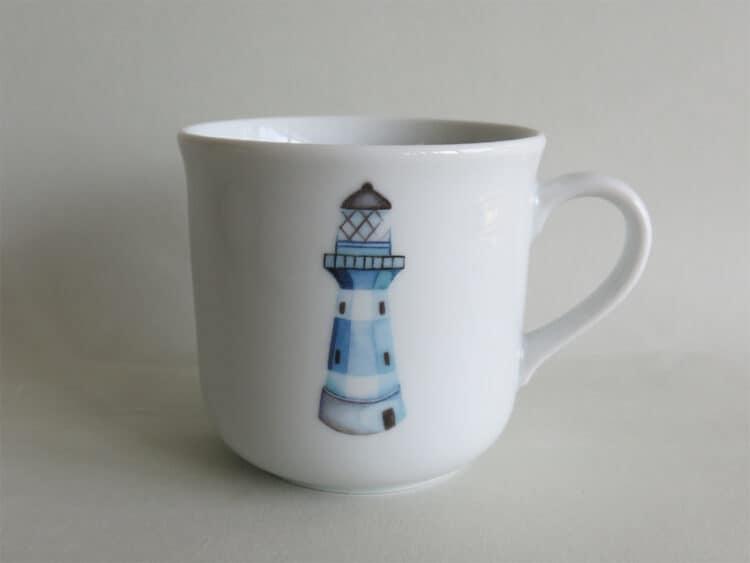 Kinderbecher 230 ml aus weißem Porzellan mit Namen und blauem Leuchtturm personalisiert