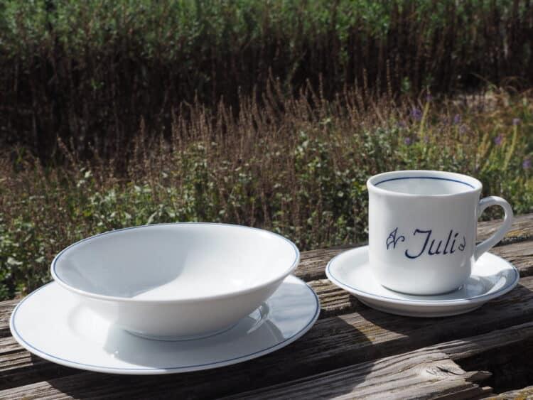 Klassische Namenstasse Juli Gedeck mit Unterteller, Frühstücksteller und Müslischüssel mit blauem Rand