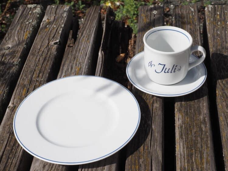 Klassische Namenstasse Juli Gedeck mit Unterteller udn Frühstücksteller mit blauem Rand