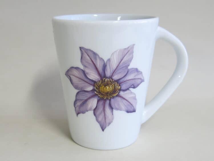 Becher 260 ml mit Clematis Blüte aus weißem Porzellan