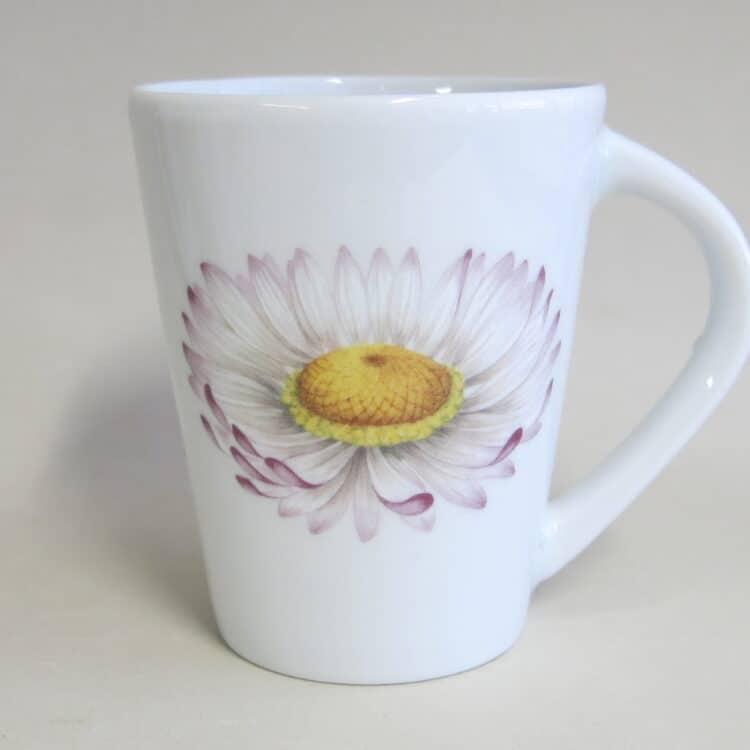 Becher 260 ml mit Gänseblümchen Blüte auf weißem Porzellan