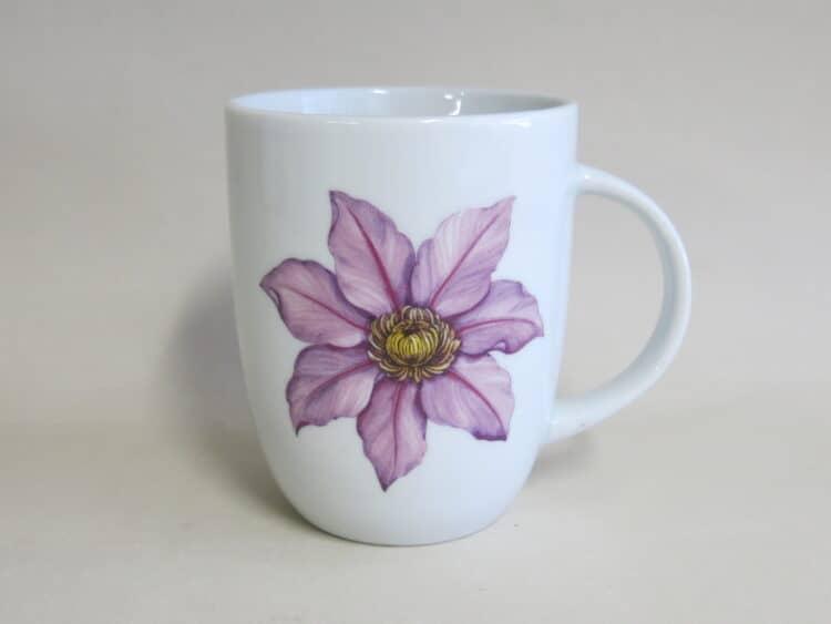 Becher rundlich 260 ml mit Clematis Blüte in lila zart auf weißem Porzellan