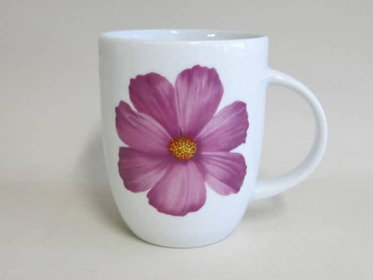 Becher rundlich 260 ml mit Cosmea Blume in lila auf weißem Porzellan