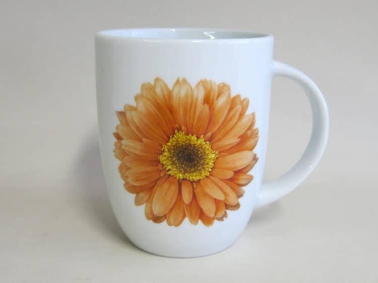 Becher rundlich 260 ml mit Geberablüte in orange auf weißem Porzellan
