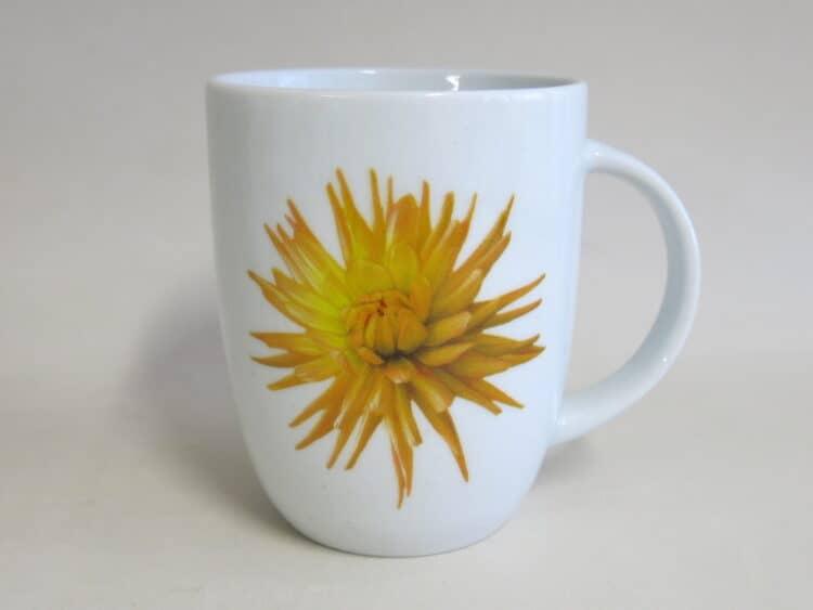Rundlicher Becher 260 ml mit Kaktusdahlie Blüte in gelb auf weißem Porzellan