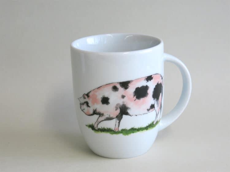 Rundlicher Becher 260 ml mit rosa geflecktem Schweinchen aus weißem Porzellan