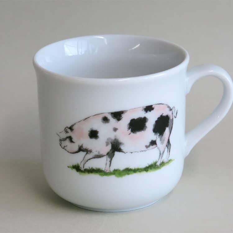 Kinderbecher 230 ml mit geflecktem Schweinchen auf weißem Porzellan