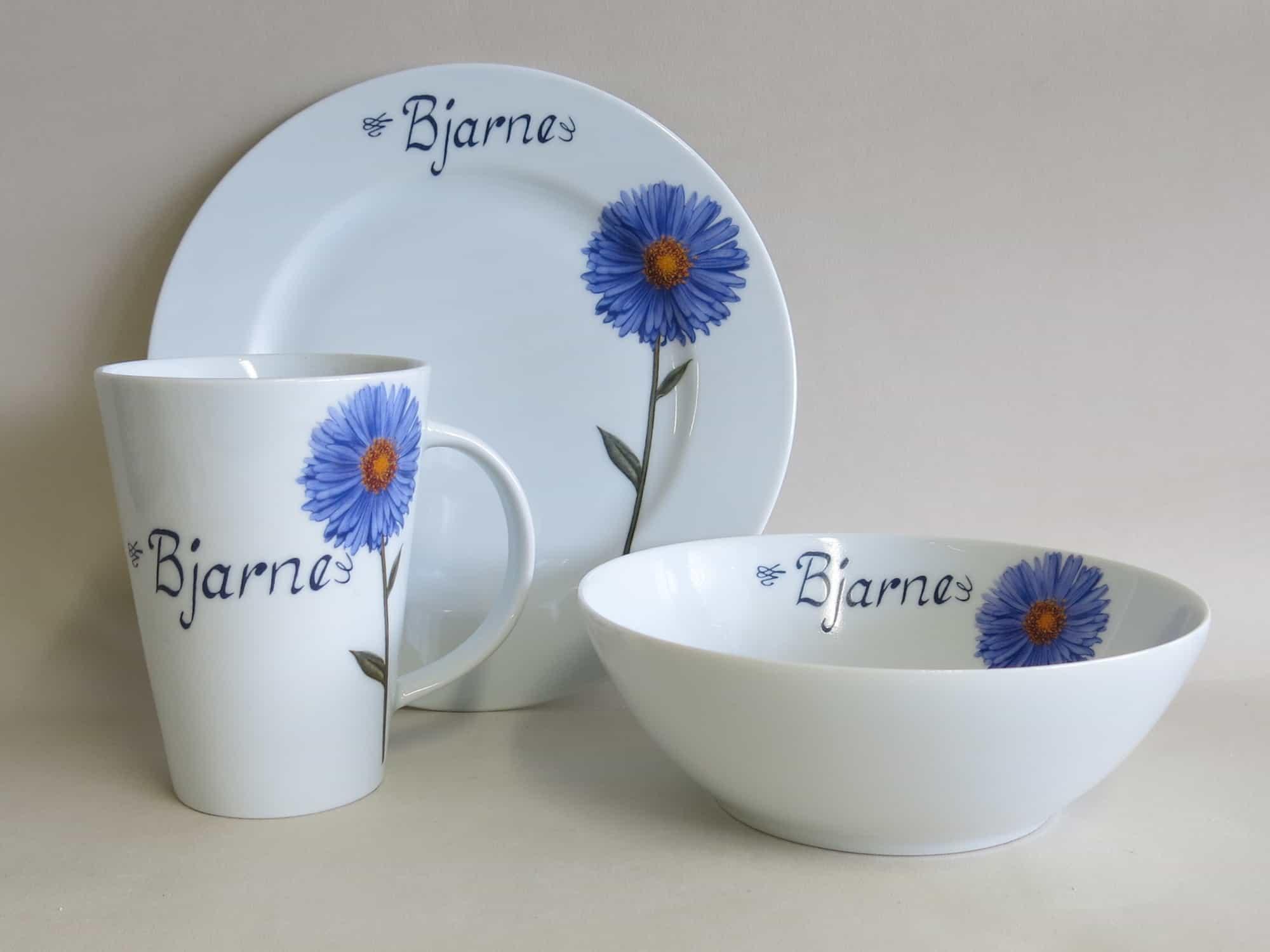 Dreiteiliges Frühstückgsgeschirr aus Porzellan mit Teller 21,5 cm Becher 350 ml und Schüssel 17 cm mit Blume blauer Aster und Namen personalisiert