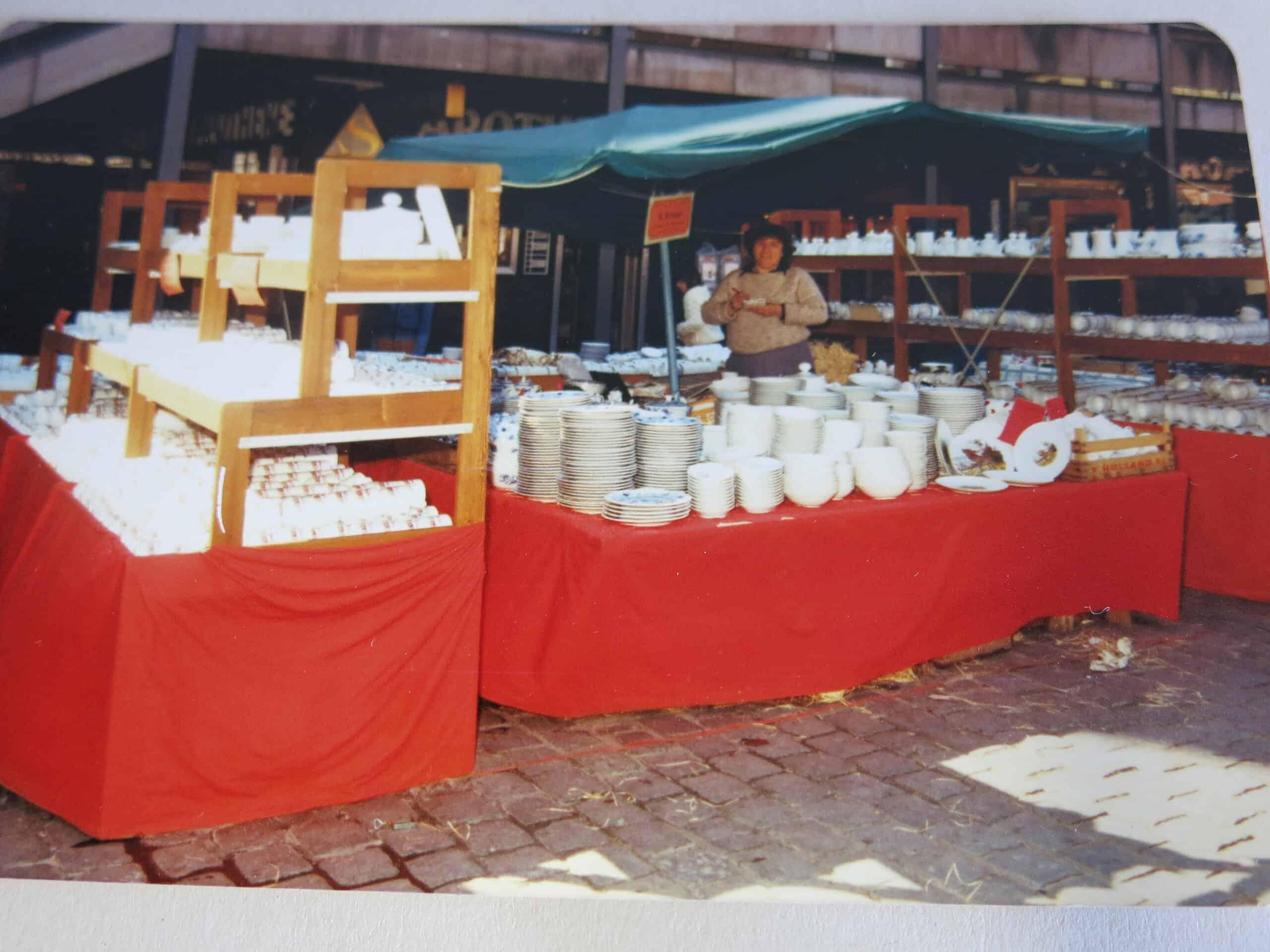 Ingrid Ackermann auf dem Nürnberger Hauptmarkt , Porzellanstand 1970iger Jahre