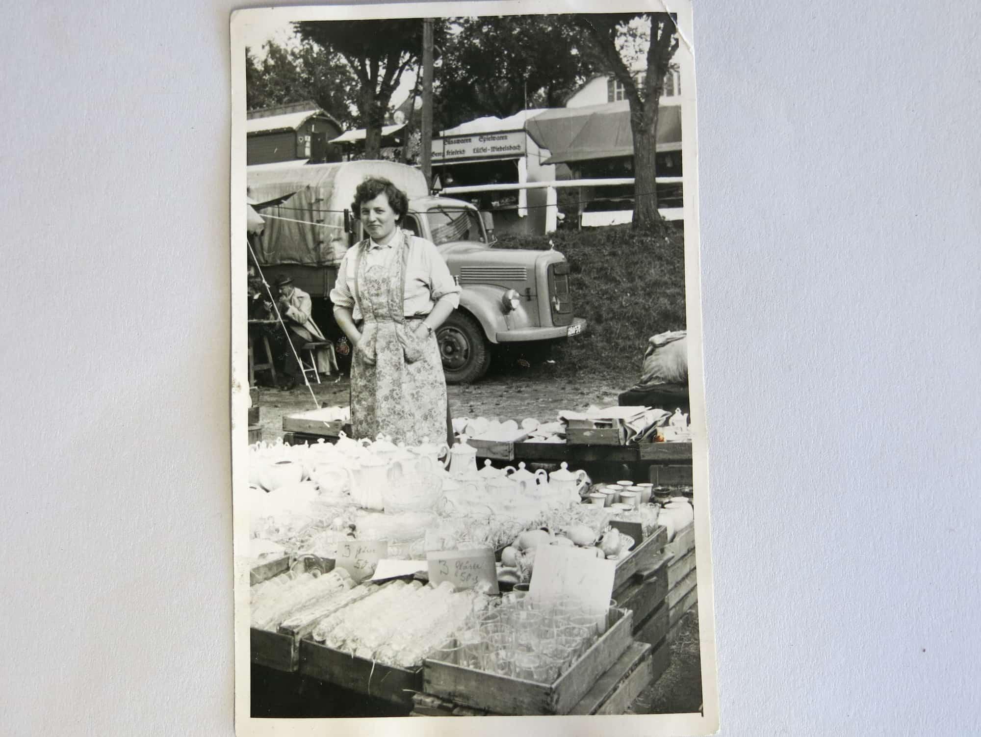 Ingrid Ackermann, damals noch Kriener an einem Markstand in den 10500 iger Jahren, mit Opel Blitz