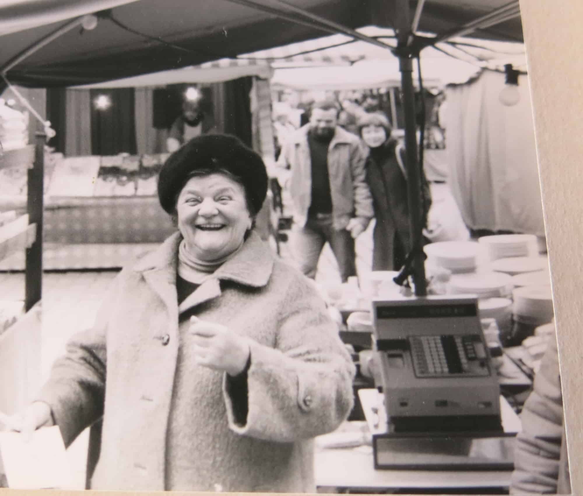 Katharina Kriener Hauptmarkt Nürnberg Porzellanstand circa 1975