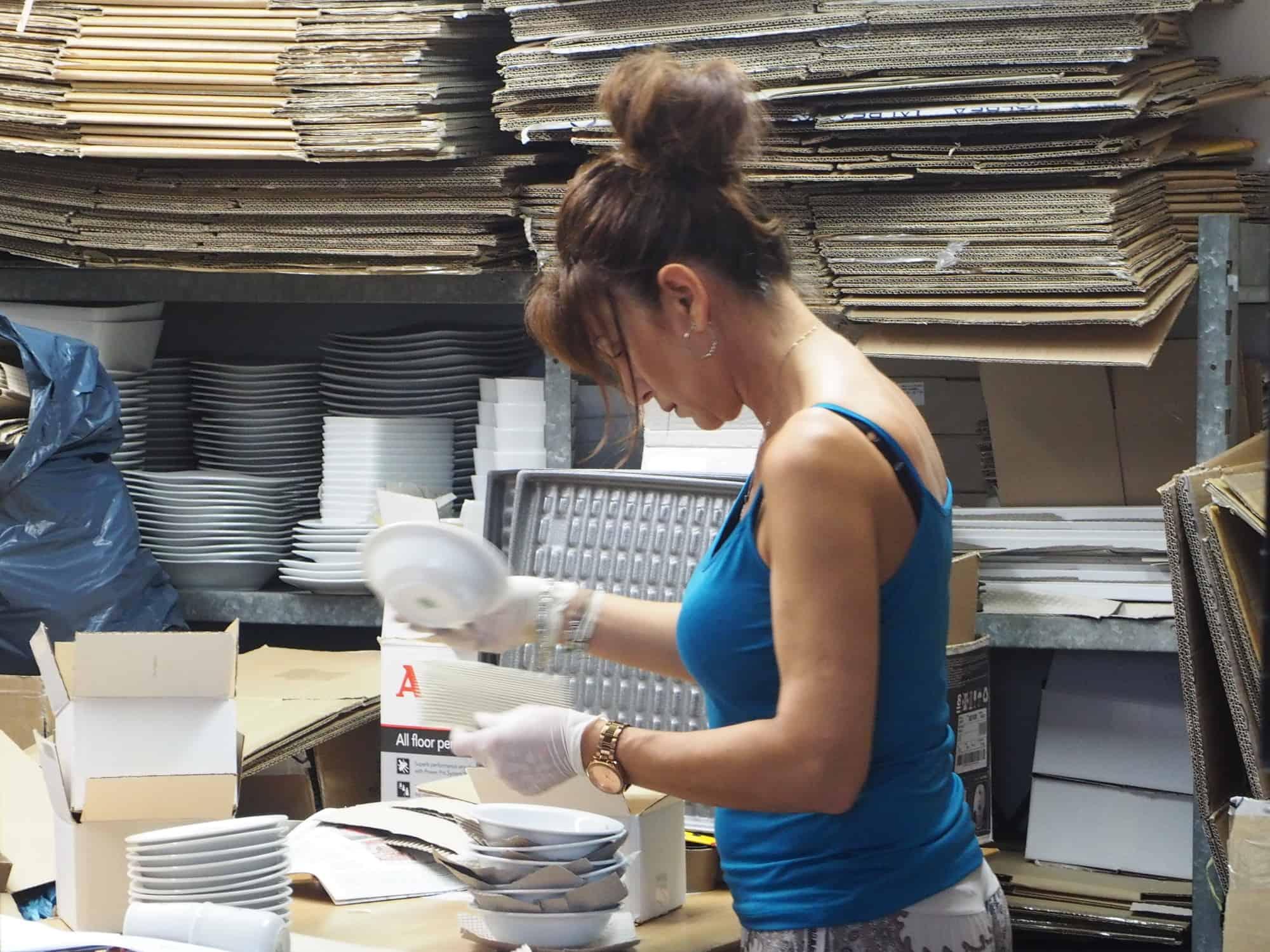 Werkstatt Porzellan im Hinterhof: Sofia packt