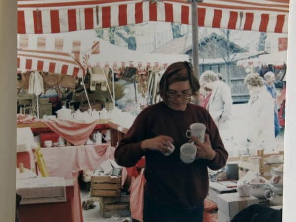 Porzellan am Stand Auer Dult München Aubau in den 80iger Jahre