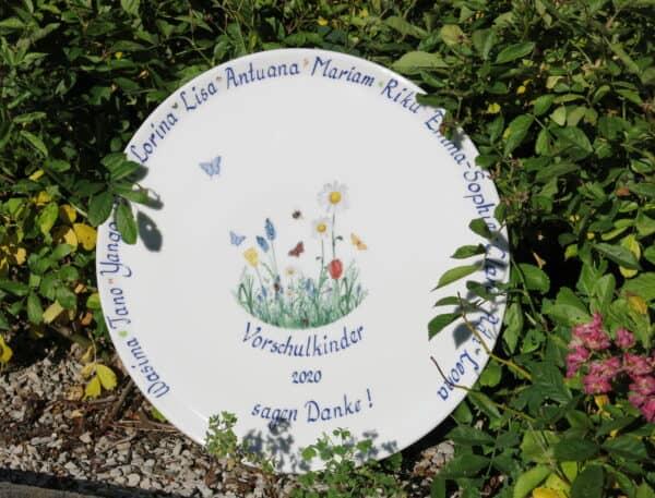 Porzellan im Hinterhof Kundenwunsch Tortenplatte Wiese mit Namen und Dankeschön