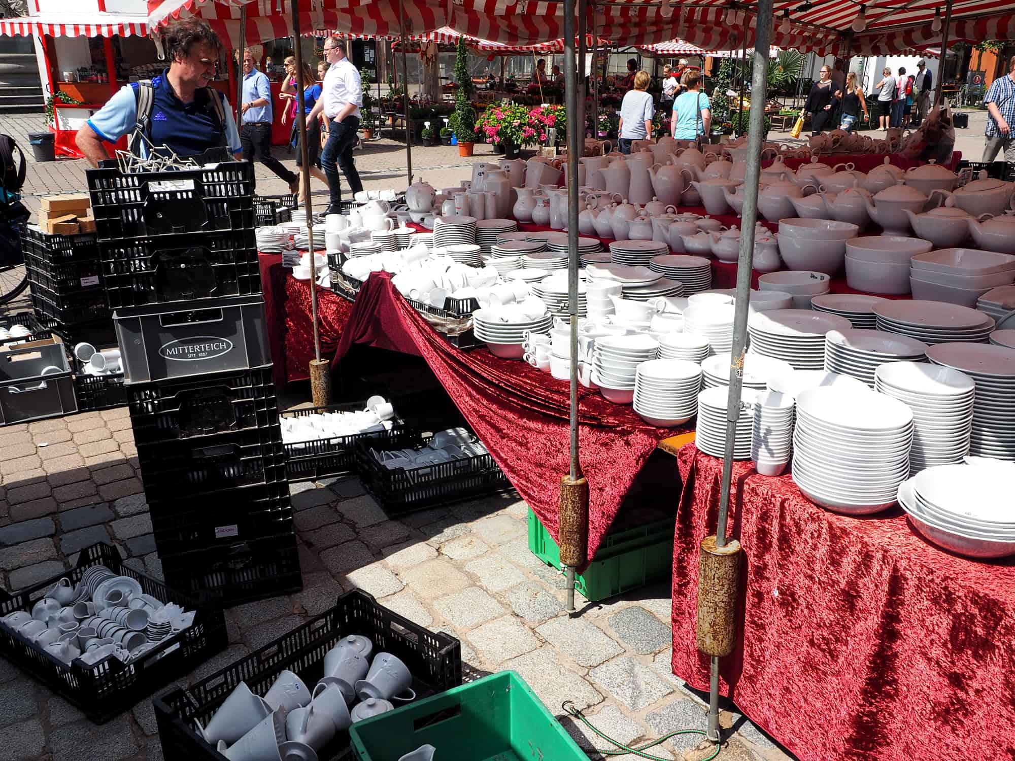 Aufbau Porzellanstand Porzellan im Hinterhof in Erlangen, Augustmarkt