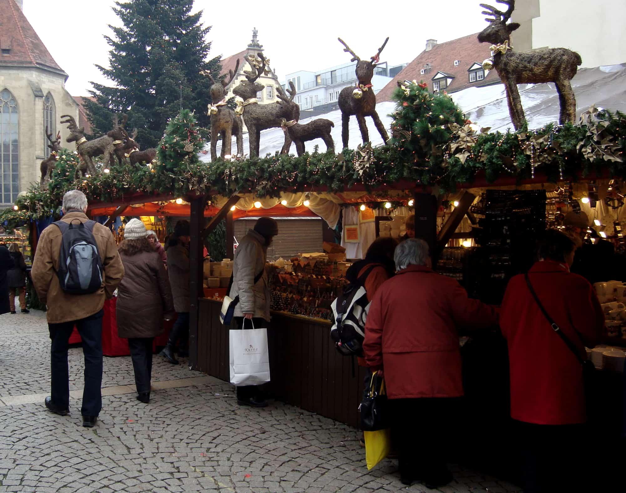 Porzellan im Hinterhof Porzellanstand Stuttgarter Weihnachtsmarkt